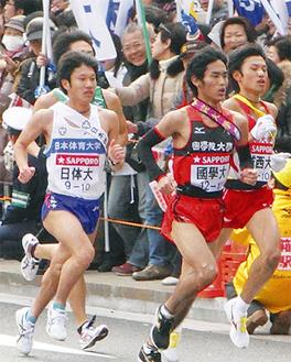 シード権をめぐり、大混戦となった10区(左から)アンカーの谷永雄一選手(日体大)、寺田夏生選手(國學院)