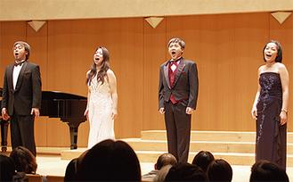 認知症患者やその家族の様子を演じたオペラ歌手たち