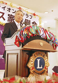壇上で挨拶をする松本会長