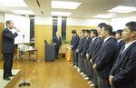 選手をねぎらう榊原理事長(左)