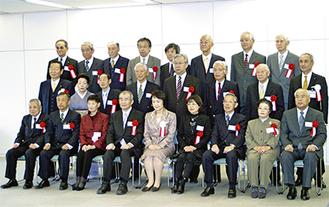 平成22年度の表彰該当者と林市長(中央)