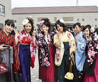 晴れ渡った空の下、華やかな袴姿で卒業式を迎えた日本体育大学の学生たち