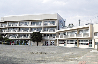 増築された2階建ての新校舎(右側)以前は旧校舎左にプレハブ校舎があり、校庭が狭かった