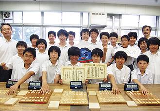 県予選を勝ち抜き、賞状を手に笑顔の出場メンバー(前列6人)