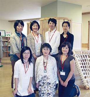 ラフールの山田範子施設長(前列中央)とスタッフら