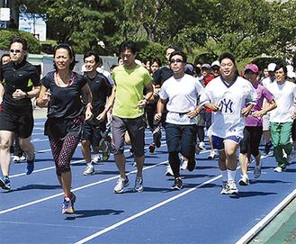 参加者と一緒にランニングをする有森さん(左から2人目)