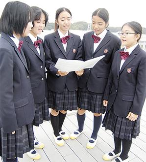 校歌を練習する飯田さん(中央)と1年5組のクラスメイト