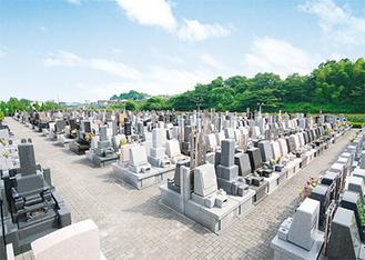 緑豊かな欧風公園墓地。両サイドに駐車場が完備されており、どの区画も楽にお参りできる