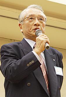 ▶あいさつに立つ小島会長