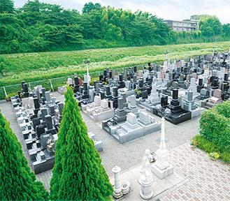 説明会会場は欧風公園墓地「メモリアルガーデン横浜 青葉の森」。全区画バリアフリー&両サイドに駐車場完備とお参りのしやすさは区内トップクラス