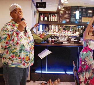 ハワイアンを歌うKONISHIKIさん