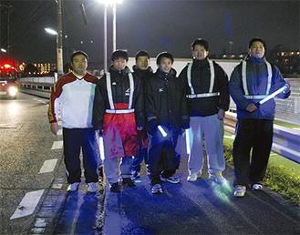 夜間パトロールに参加した柔道部員ら