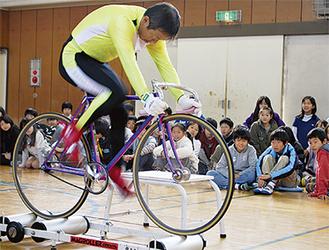 競技用自転車で時速90キロを披露する渡辺さん