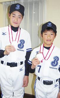 代表に選ばれた徳永投手(左)と土田選手