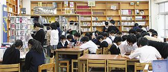 生徒で賑わう改装後の図書室