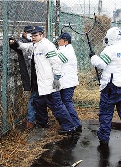 訓練では、青葉署員らがこどもの国プラザ駐車場で刃物を所持した逃走中の犯人を追い詰め、逮捕した