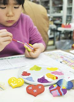 子どもたちは真剣な表情で作品づくり