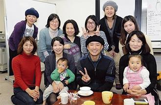 『てとて』のメンバーと支援者ら。俳優の山本太郎さんも情報交換に訪れた。