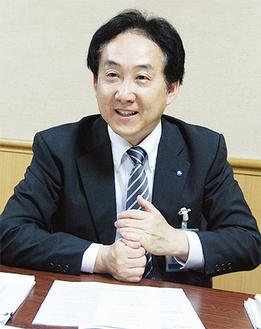 インタビューに応じる徳江区長