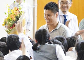 川島選手は生徒からのハイタッチにも気さくに応えていた
