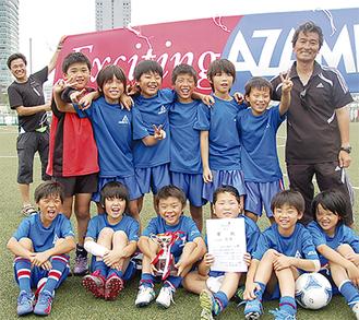 横浜市春季少年サッカー大会(LLの部)で優勝をしたあざみ野FCのメンバーら