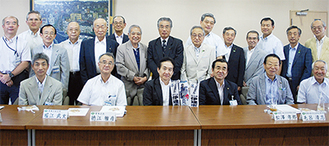 区役所を訪れた仁志田市長(前列右から3人目)と、区連会メンバーら