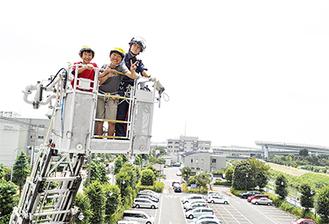 はしご車の高さにはしゃぐ児童たち