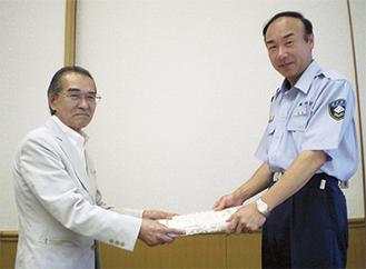 齋藤消防署長から表彰状を受け取る柴田憲治連合自治会長