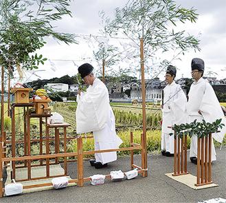 水田の前に祭壇が組まれ、神事が行われた
