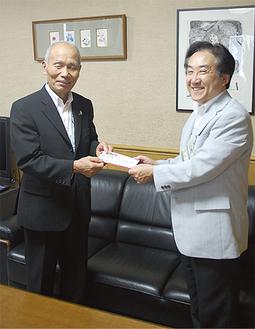 志村さん(左)と徳江区長