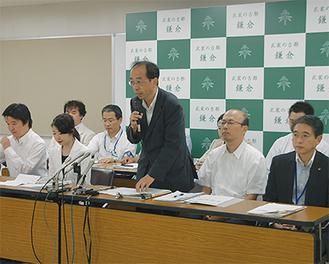 文化庁の石野文化財部長が概要を説明=27日 鎌倉市役所