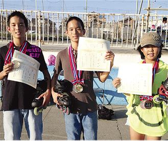 ▲(左から)高野 翔 君・隼 君(もえぎ野中3年)、奈芳ちゃん(もえぎ野中1年)多くの大会でメダルを総なめする兄妹として有名だ
