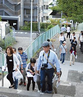 街歩きをする住民たち