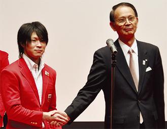 谷釜学長と握手を交わす内村選手