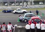 レース中のEVポルシェ(左から2番目)