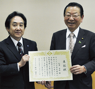徳江区長(左)から表彰を受ける松澤会長