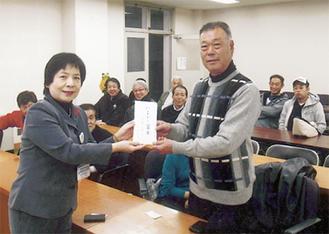 義援金を手渡す代表の田中さん(右)