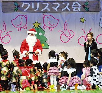 サンタ登場にはしゃぐ子どもたち