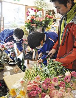 茎の剪定を行う生徒/奈良「花店 花葉」