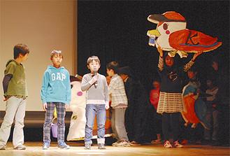 「くろかるさん」を紹介する黒須田小児童