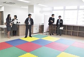講座を行う部屋を確認する企業担当者