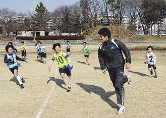 走り方の指導を受ける児童ら