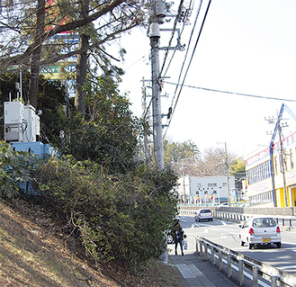 国道246号沿い「しらとり台公園」の測定装置(写真左中段)