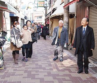 商店街を視察する区商連(写真提供・青葉区役所)