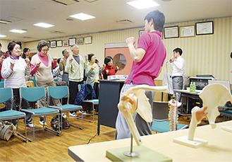 予防体操を実践する参加者たち