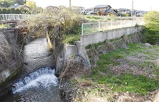 矢剣橋から見た現在の奈良川と現在整備中の護岸