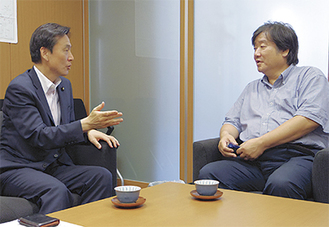 水戸(左)のインタビューに答える松居氏