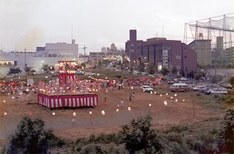 東急百貨店開業前の空き地でかつて行われていた盆踊り(写真/中川写真工房協力)