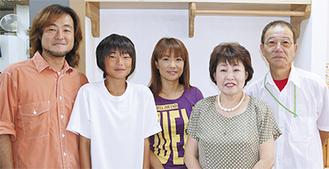 カメラ担当の誠さん(右)と家族ら
