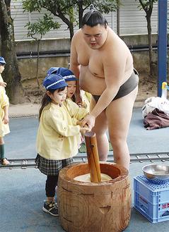 力士と餅つきを楽しむ園児